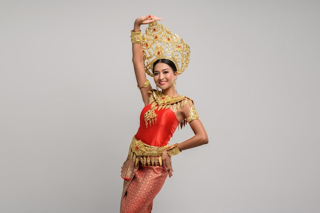 Piękna tajlandzka kobieta jest ubranym tajlandzką suknię i tajlandzkiego tana