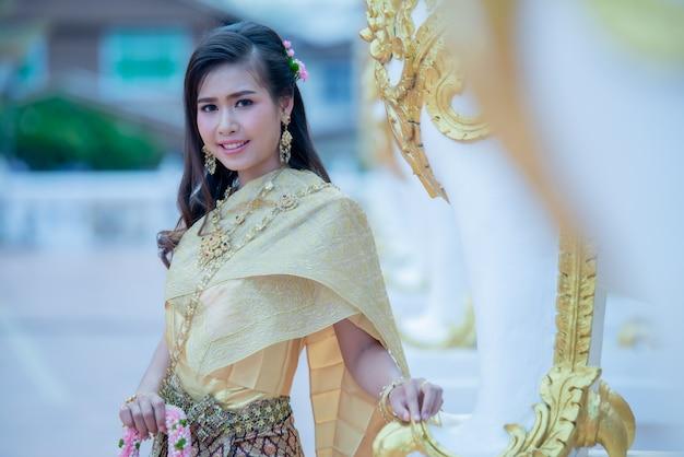 Piękna tajlandzka kobieta w tradycyjnym smokingowym kostiumu w phra który choeng kmotr tajlandia świątynia