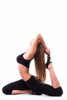 Piękna tancerka baletowa kaukaski wysoka kobieta rozciąganie rozgrzewki pełnej długości na białym tle białej ściany