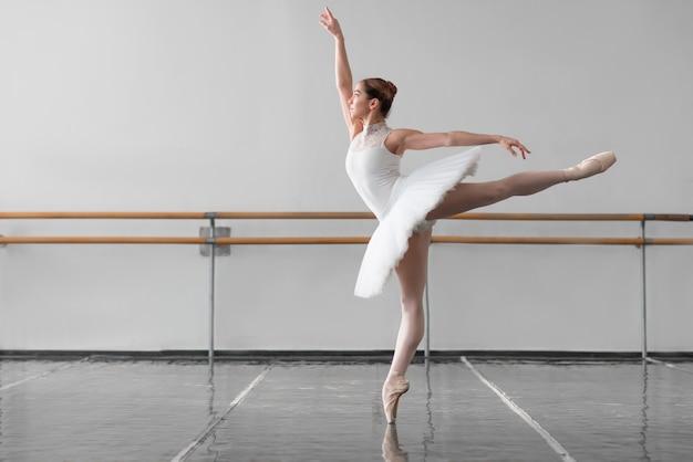 Piękna tancerka baletowa w klasie