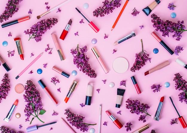 Piękna tło z kosmetykami na różowym tle