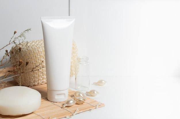 Piękna traktowania skincare i kosmetycznej płukanki surowicy kremowej serum nafciana butelka pakuje produkt na białym medycyny pojęciu