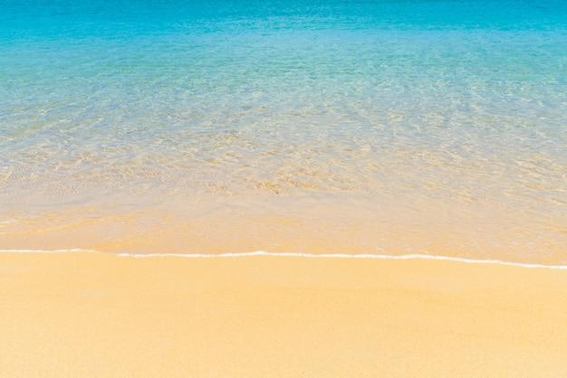 Piękna tropikalna plaża i morze w rajskiej wyspie