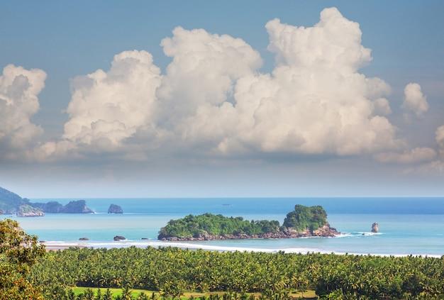 Piękna tropikalna plaża, indonezja jawa