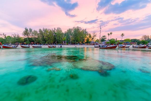 Piękna tropikalna plaża przy wschód słońca plażą, koh lipe wyspa, satun, tajlandia