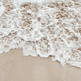Piękna tropikalna plaża z białym piaskiem i morzem z białymi spienionymi falami na phuket