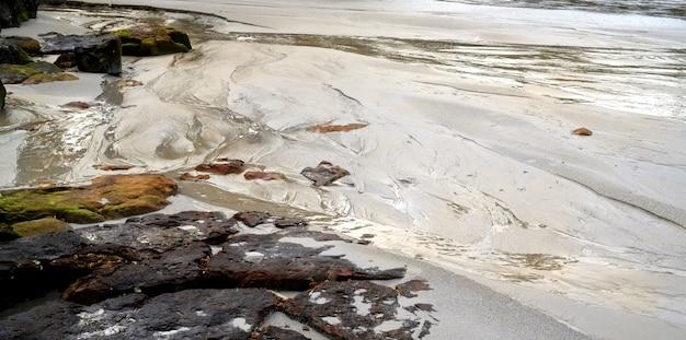 Piękna tropikalna plaża ze skałami i czystym białym piaskiem