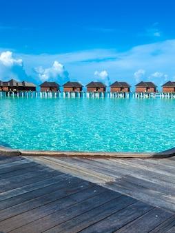 Piękna tropikalna wyspa malediwy z plażą. morze z bungalowami na wodzie