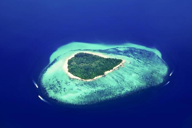 Piękna tropikalna wyspa, widok z samolotu