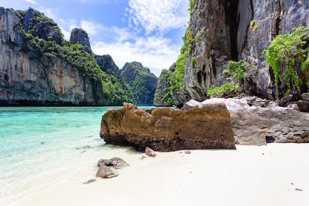 Piękna tropikalna wyspa zatoka na wyspie phi phi leh w słoneczny dzień