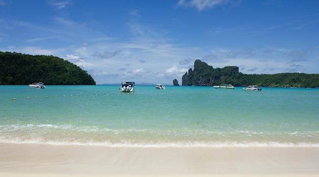 Piękna tropikalna zatoka ao loh dalum na wyspie phi phi don, krabi tajlandia, widok na morze, wakacje.