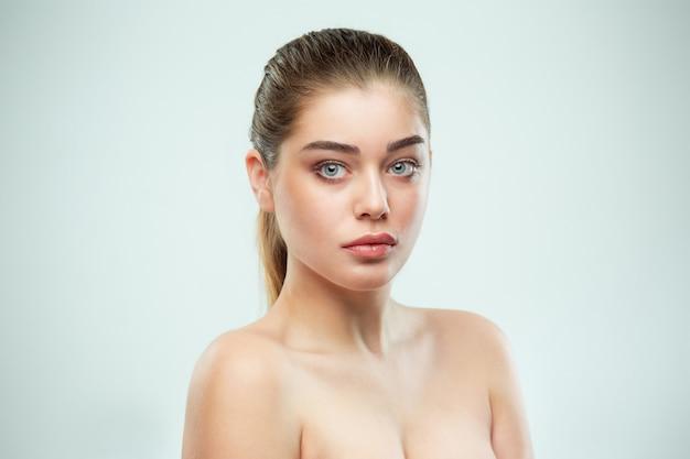 Piękna twarz dziewczyny. doskonała skóra