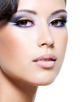 Piękna twarz kobiety glamour z makijażem mody