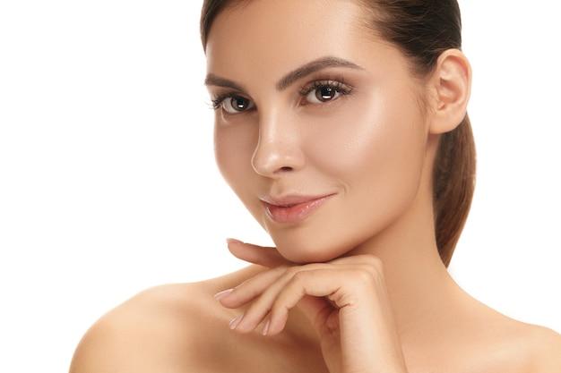 Piękna twarz kobiety. idealna i czysta skóra twarzy na białym tle. uroda, pielęgnacja, skóra, leczenie, zdrowie, spa, koncepcja kosmetyczna