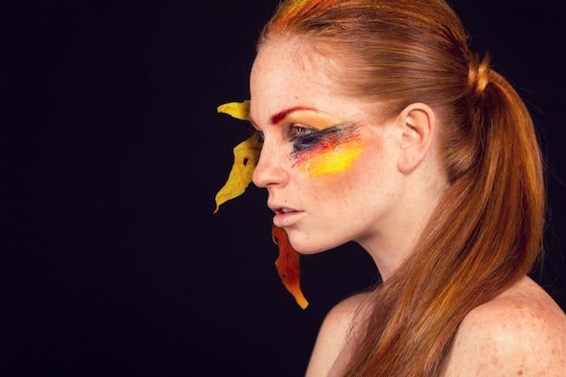 Piękna twarz kobiety idealny makijaż. moda uroda. rzęsy. cień do powiek