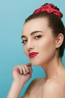 Piękna twarz kobiety idealny makijaż. moda uroda