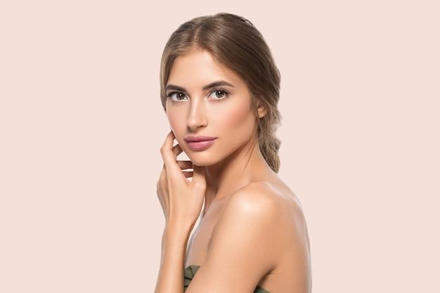 Piękna twarz kobiety oczy z bliska zdrowej skóry twarzy. kolor tła. różowy