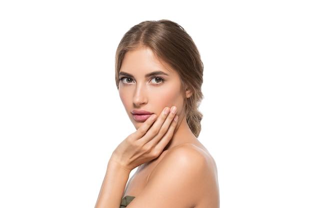 Piękna twarz kobiety oczy z bliska zdrowej skóry twarzy. na białym tle