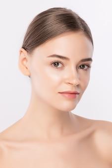 Piękna twarz kobiety portret, piękna młoda kobieta z czystą świeżą zdrową skórą, zabieg na twarz. kosmetologia, uroda i spa, na białym tle.