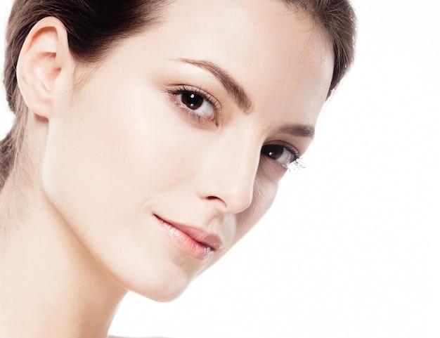 Piękna twarz kobiety portret. piękna modelowa dziewczyna z perfect fresh czystą skórę brunetki krótkie włosy koncepcja pielęgnacji młodzieży i skóry. pojedynczo na białym tle. strzał stusia.