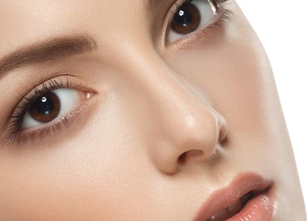 Piękna twarz kobiety portret. piękna modelowa dziewczyna z perfect fresh czystą skórę brunetki krótkie włosy, młodość i koncepcja pielęgnacji skóry. pojedynczo na białym tle. strzał stusia.