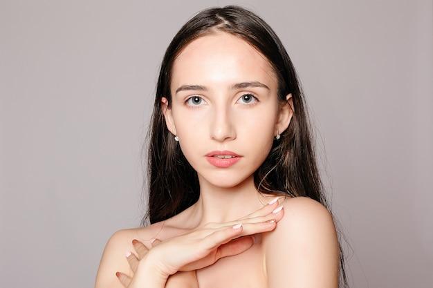 Piękna twarz kobiety portret. piękny model dziewczyna z idealną świeżą czystą skórą kolor usta fioletowo-czerwony. ładna dziewczyna model spa z doskonałą świeżą czystą skórą. koncepcja pielęgnacji młodości i skóry