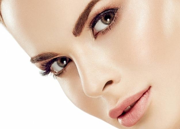 Piękna twarz kobiety portret. piękny model dziewczyna z idealną świeżą czystą skórą kolor usta fioletowy czerwony. blond włosy młodzieży i koncepcja pielęgnacji skóry. pojedynczo na białym tle. strzał studio.