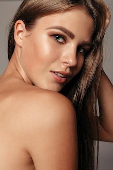 Piękna twarz kobiety portret. piękny model dziewczyna z idealną świeżą czystą skórą kolor usta fioletowy czerwony. ładna dziewczyna model spa z doskonałą świeżą czystą skórą. koncepcja pielęgnacji młodości i skóry