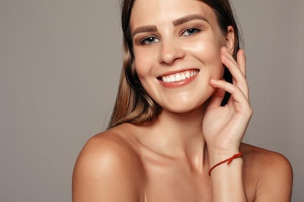 Piękna twarz kobiety portret. piękny model girl with perfect fresh clean skin usta w kolorze fioletowo-czerwonym. śliczna modelka spa z idealną świeżą, czystą skórą. koncepcja pielęgnacji skóry i młodzieży