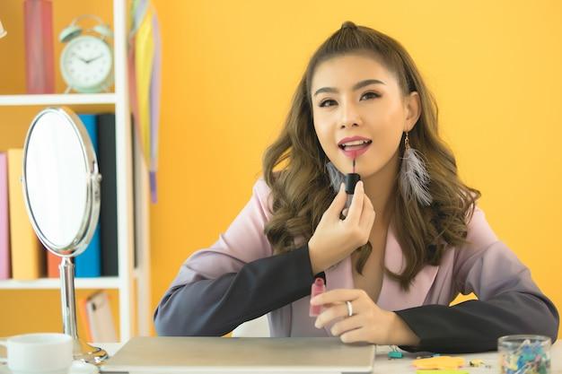 Piękna twarz kobiety ręka do makijażu