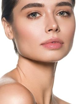 Piękna twarz kobiety z bliska czystą zdrową skórę piękne zielone oczy. na białym tle.