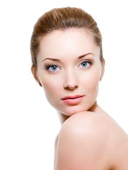 Piękna twarz kobiety z czystą skórą - na białym tle