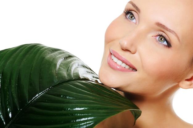 Piękna twarz kobiety z czystą skórą