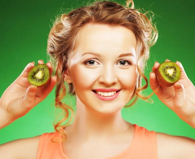 Piękna twarz kobiety z kiwi
