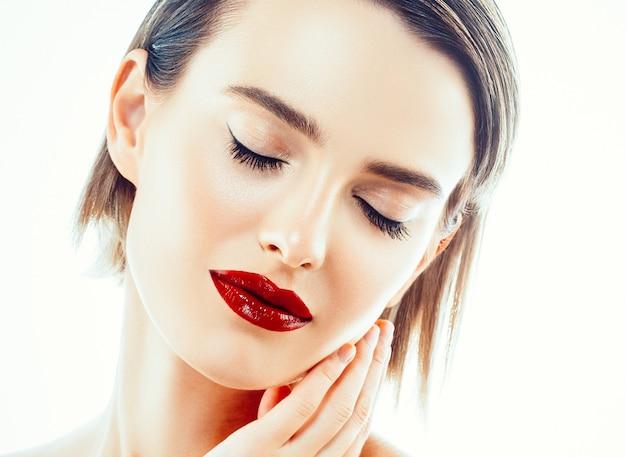 Piękna twarz kobiety z rąk. portret. piękny model spa dziewczyna z idealną świeżą czystą skórą. kobieta patrząc na kamery i uśmiechając się. koncepcja pielęgnacji młodości i skóry