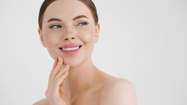 Piękna twarz kobiety zdrowa czysta skóra zbliżenie twarz kobiety piękny uśmiech oczy naturalny makijaż make