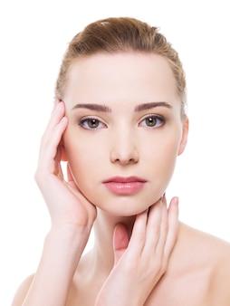 Piękna twarz kobiety zdrowia z czystą skórą czystości - na białym tle