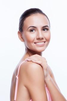 Piękna twarz młoda dorosła kobieta z czystą świeżą skórą