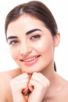 Piękna twarz młoda kobieta z czystym świeżym skóry zakończeniem up odizolowywającym na bielu. portret piękna. koncepcja pielęgnacji skóry i kosmetologii