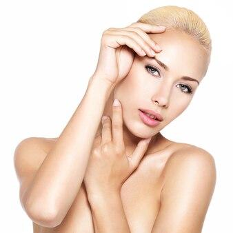 Piękna twarz młodej kobiety całkiem blond z rękami - na białym tle
