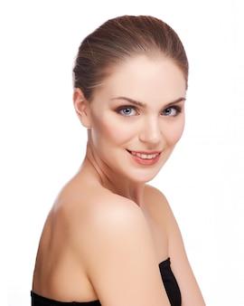 Piękna twarz młodej kobiety dorosłych z czystą, świeżą skórą