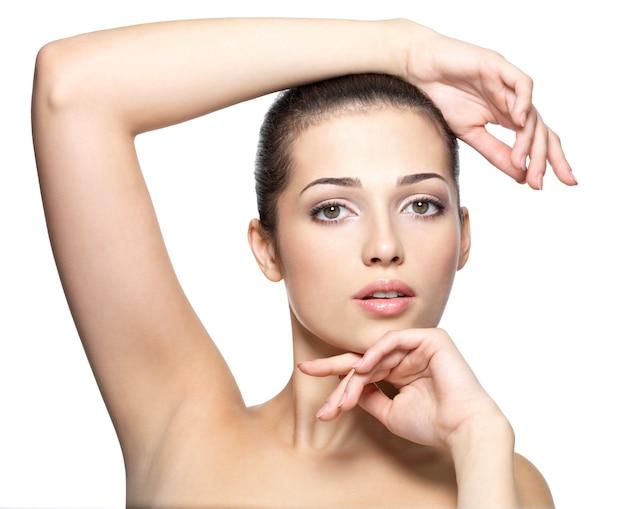 Piękna twarz młodej kobiety. koncepcja pielęgnacji skóry. portret zbliżenie na białym tle.