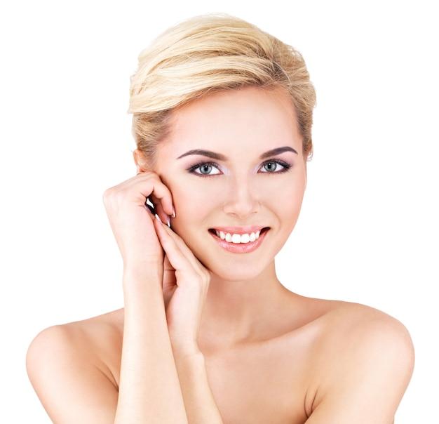 Piękna twarz młodej kobiety piękne - na białym tle
