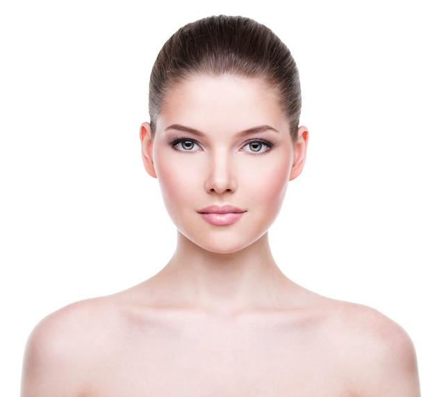 Piękna twarz młodej kobiety z czystą, świeżą skórą - na białym tle.