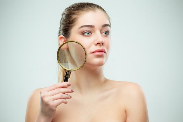 Piękna twarz młodej kobiety z czystą, świeżą skórą