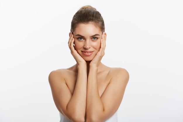 Piękna twarz młodej kobiety. zbliżenie portret odizolowywający na bielu