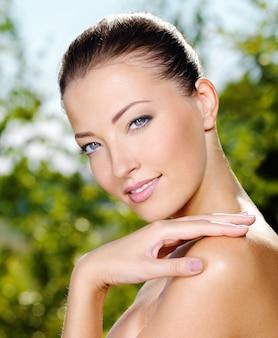 Piękna twarz młodej kobiety ze świeżą skórą zdrowia.