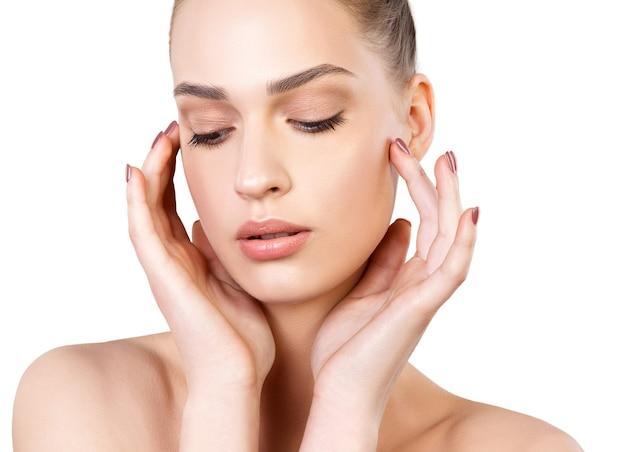 Piękna twarz młodej kobiety ze zdrową skórą świeżą