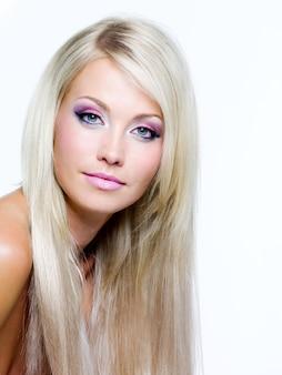 Piękna twarz o wyrazistych kolorach makijażu i prostych, długich włosach