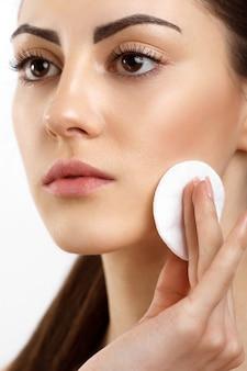 Piękna twarz piękna kobieta z naturalnym makijażem pielęgnacja skóry